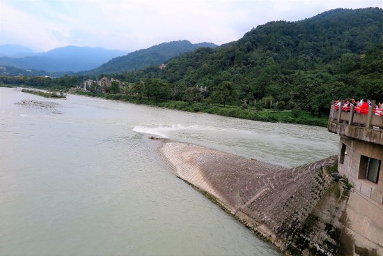 Dujiangyan, China: Dividing point of outer and inner rivers