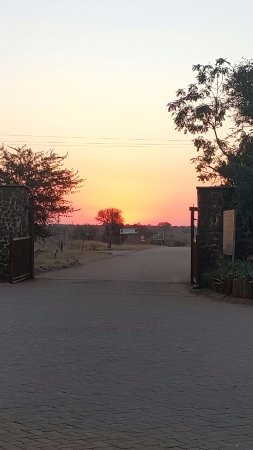 Crocodile Bridge Rest Camp: Entrance to Croc Bridge. Who knows what roams beyond those gates? ;)