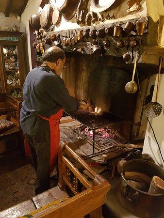 Barberino Val d'Elsa, Italien: Massimo grillt das Fleisch am Kamin. Wir saßen bei einem guten Glas Wein daneben.