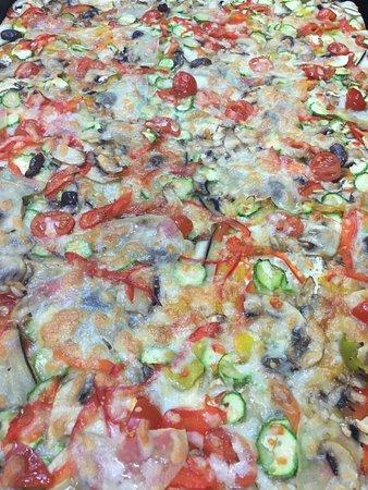 Lavinio Lido di Enea, อิตาลี: Verdure multicolor per una pizza sana e leggera :)