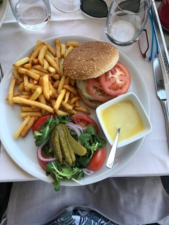 Terrazza Metropole : Your looking at a nearly A$40 hamburger. (check the microwaved béarnaise sauce)