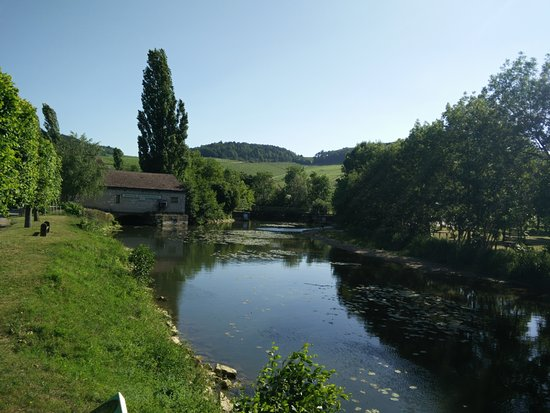 Chablis, Prancis: At the Serein River at the edge of the town