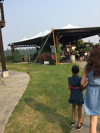 Comox, Канада: The stage and bar by the winery