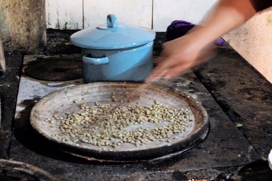 Ciudad Vieja, กัวเตมาลา: Roasting coffee in the traditional way