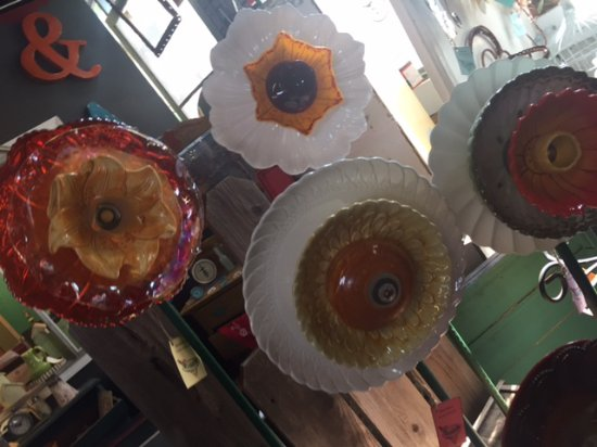 Geyserville, CA: Clever designer uses plates and bowls for outdoor sculptures
