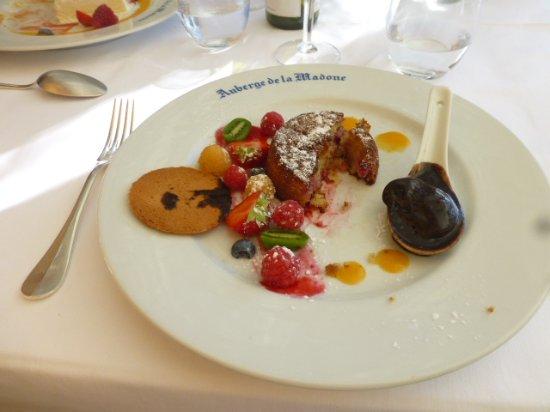 Auberge de la Madone : Mouelleux aux fruits, quenelle de glace et crème au caramel beure salé