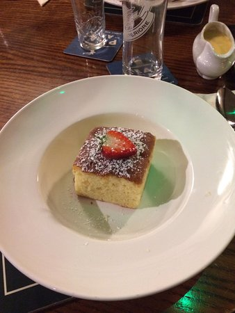 Litton, UK: Lemon Drizzle Sponge & custard