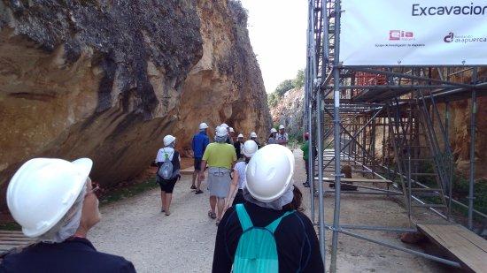 Atapuerca, Espagne : Foto de los visitantes y la estructura de las excavaciones, con el casco por seguridad.