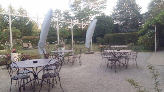 Montagny-les-Beaune, Francia: Área externa para o café da manhã ou vinho ao entardecer!