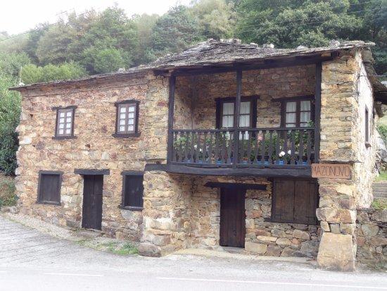 Santa Eulalia de Oscos, Spanien: Al lado de esta casa es donde tienes que aparcar para bajar al restaurante.