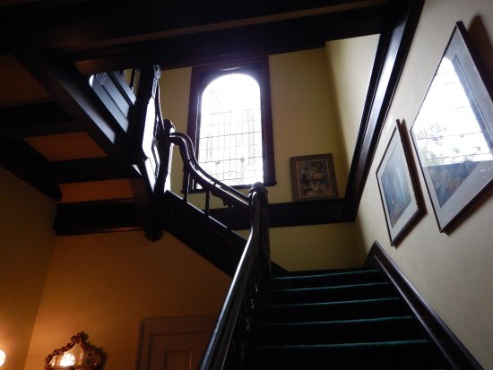 Joan Brown's Bed and Breakfast: Beautiful staircase.
