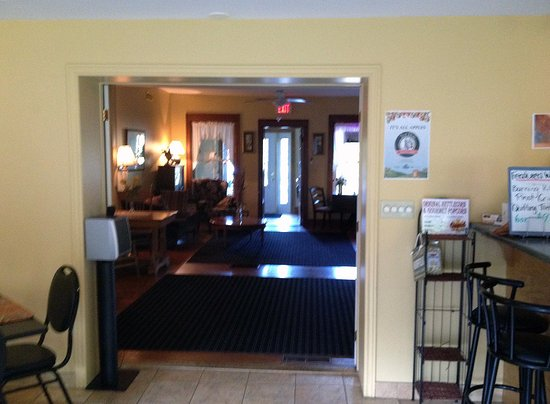 Normandale Inn: The dining area with a bar to the right.