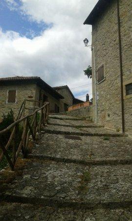 Grizzana Morandi, Italien: Per le vie del borgo