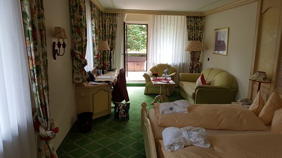 Hotel Engel Obertal : Chambre spacieuse