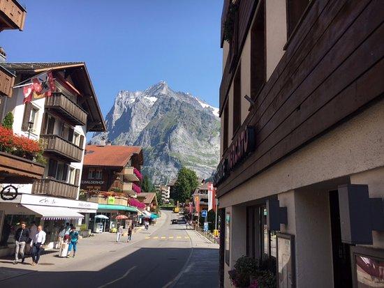 โรงแรมชุกเกน: Main street in Grindelwald