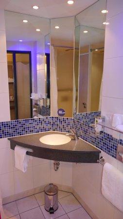 Goede badkamer met 1 deur voor toilet en badkamer als geheel - Bild ...