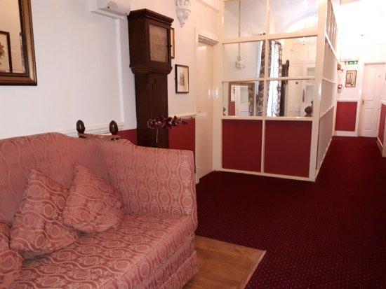 Tavistock, UK: First floor corridor with one of the hotel's may grandfather clocks.
