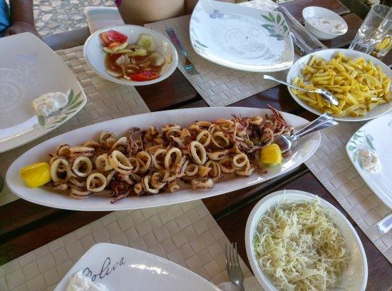 Sali, Kroasia: Calamari fritti mit Pommes und Krautsalat
