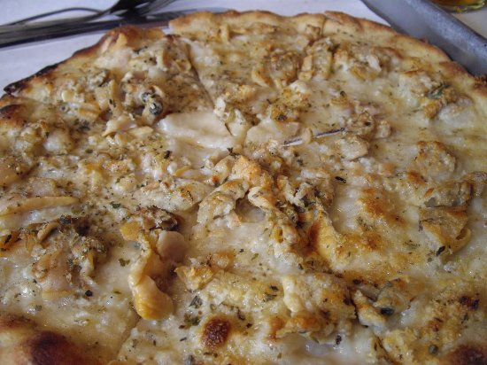 Ludlow, MA: frank pepe pie.. fresh shucked clams ,parm,oregano, fresh garlic, cooked in brick oven
