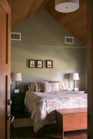 Shinn Estate Farmhouse: Vineyard West Guest Bedroom