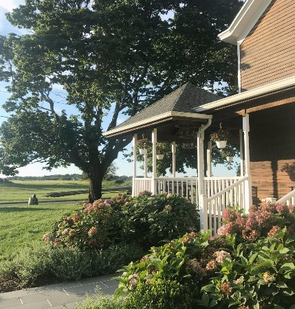 Shinn Estate Farmhouse: Front porch