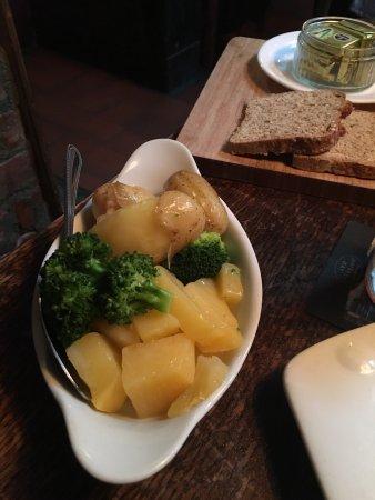 Tullycross, Ireland: Délicieux saumon tomate et beurre oignon ! Un délice !