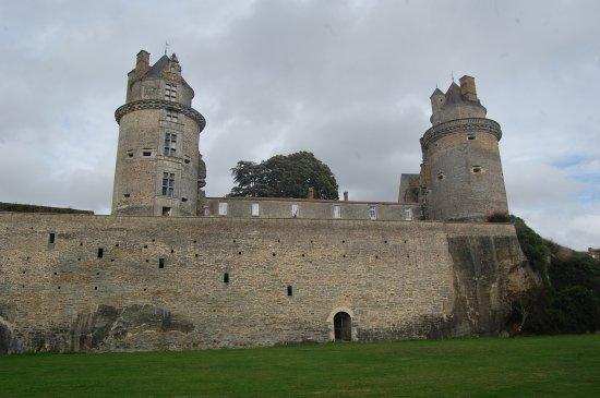 Apremont, Frankrike: vue de l'arriere du chateau lors de la balade