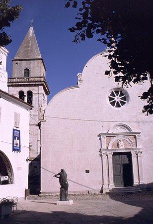 Osor, Croacia: facciata con campanile