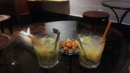 La Trocha: 2 caipirinhas con frutos secos y chuches que te sirven de acompañamiento.