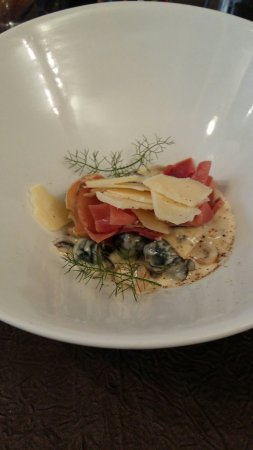 Briare, Frankrike: escargots, champignons, parmesan et jambon cru