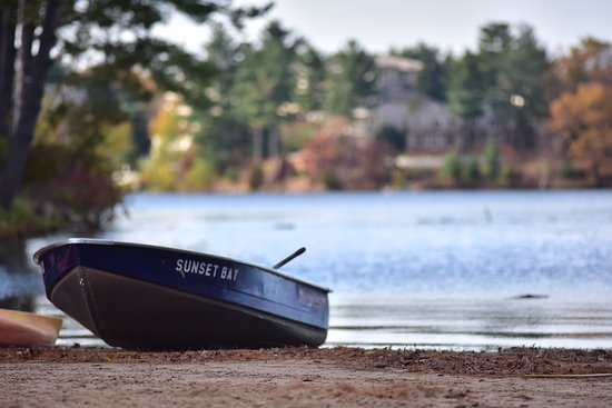 Baker's Sunset Bay Resort: sand beach and fall color