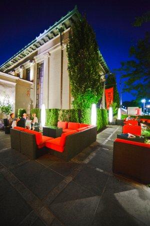 Islip, NY: Enjoy dinner under the stars on our patio.