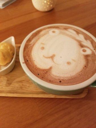 Artesia, Kalifornia: Latte art for my lavender hot chocolate