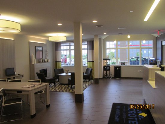 West Fargo, ND: Lobby area.