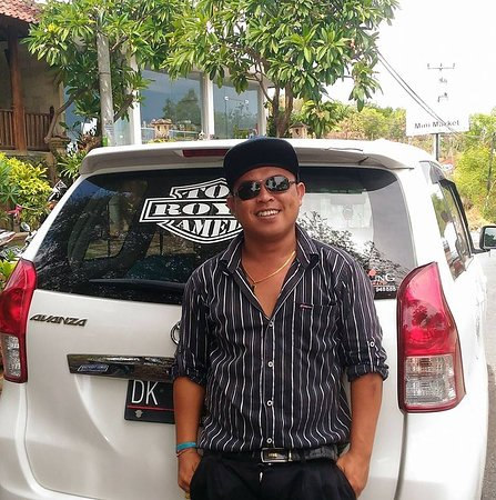 Bunutan, Indonesia: Roy Roy and his comfortable 7 seater. Very safe driver. Always happy and obliging. Excellent Eng