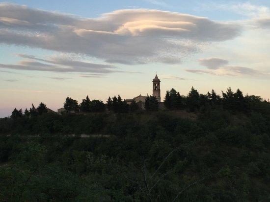 San Severino Marche, Italië: Vista del castello da lontano