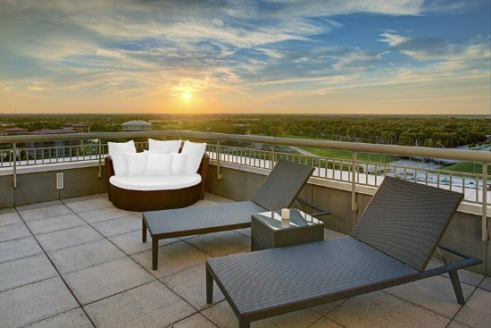 วีลลิง, อิลลินอยส์: Presidential East and West Feature Duel Patios with amazing views
