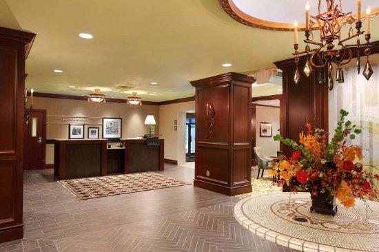 Hampton Inn & Suites Hartford/Farmington: Front Desk and Entrance