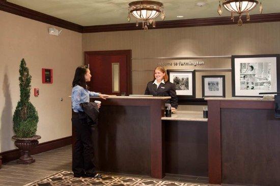 Hampton Inn & Suites Hartford/Farmington: Front Desk