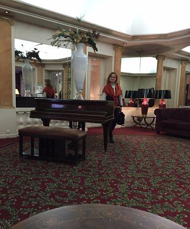 Normandy Hotel : le hall de l'hôtel avec un piano de concert