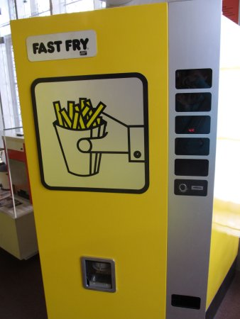 Friet Museum : actual fry vending machine from the 80s.