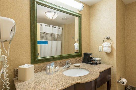 Hampton Inn & Suites Orlando - South Lake Buena Vista: Two Queen Guest Bathroom