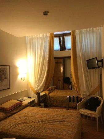 Relais Santa Chiara Hotel: Habitación casi sin iluminación natural
