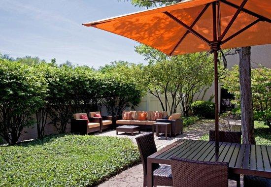 เอล์มเฮิรสต์, อิลลินอยส์: Outdoor Courtyard