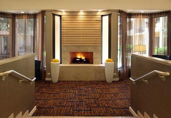 Wood Dale, إلينوي: Lobby Fireplace