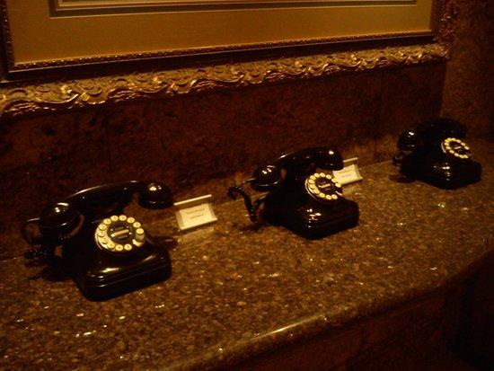 Belvedere Hotel: Teléfonos antiguos en el lobby, no son decorativos, ¡funcionan!