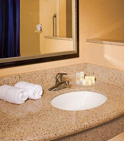 Aberdeen, MD: Guest Bathroom