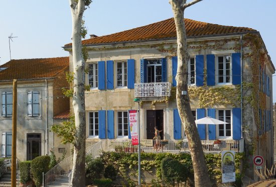 Les Volets Bleus : Huge bedroom & bathroom in St Chinian suite at LVB which is situated alongside the Canal du Midi