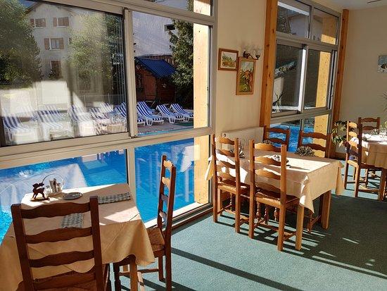 Pralognan-la-Vanoise, Frankrike: la salle à manger au bord de la piscine