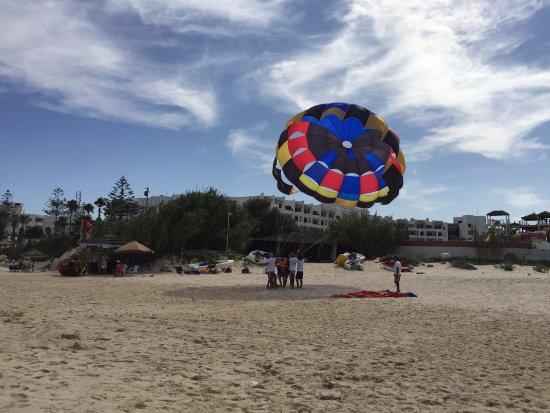 Thalassa Sousse Resort & Aquapark: Развлечения на пляже дешевые.Например,полетать вдвоем на парашюте обойдется Вам всего в 60 динар